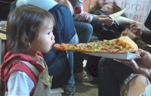 Girl_eating_pizza